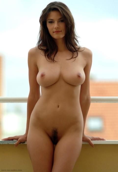 Femme brune sexy nue