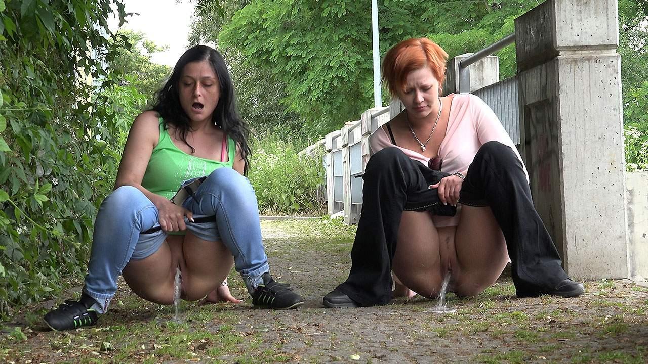 Групповая мастурбация в общественном месте видео комнате