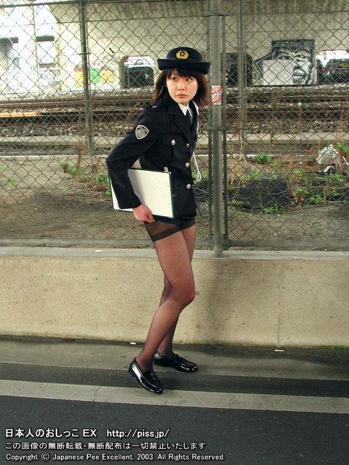 une policière se soulage en pleine rue
