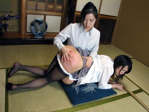une japonaise reçoit la fessée