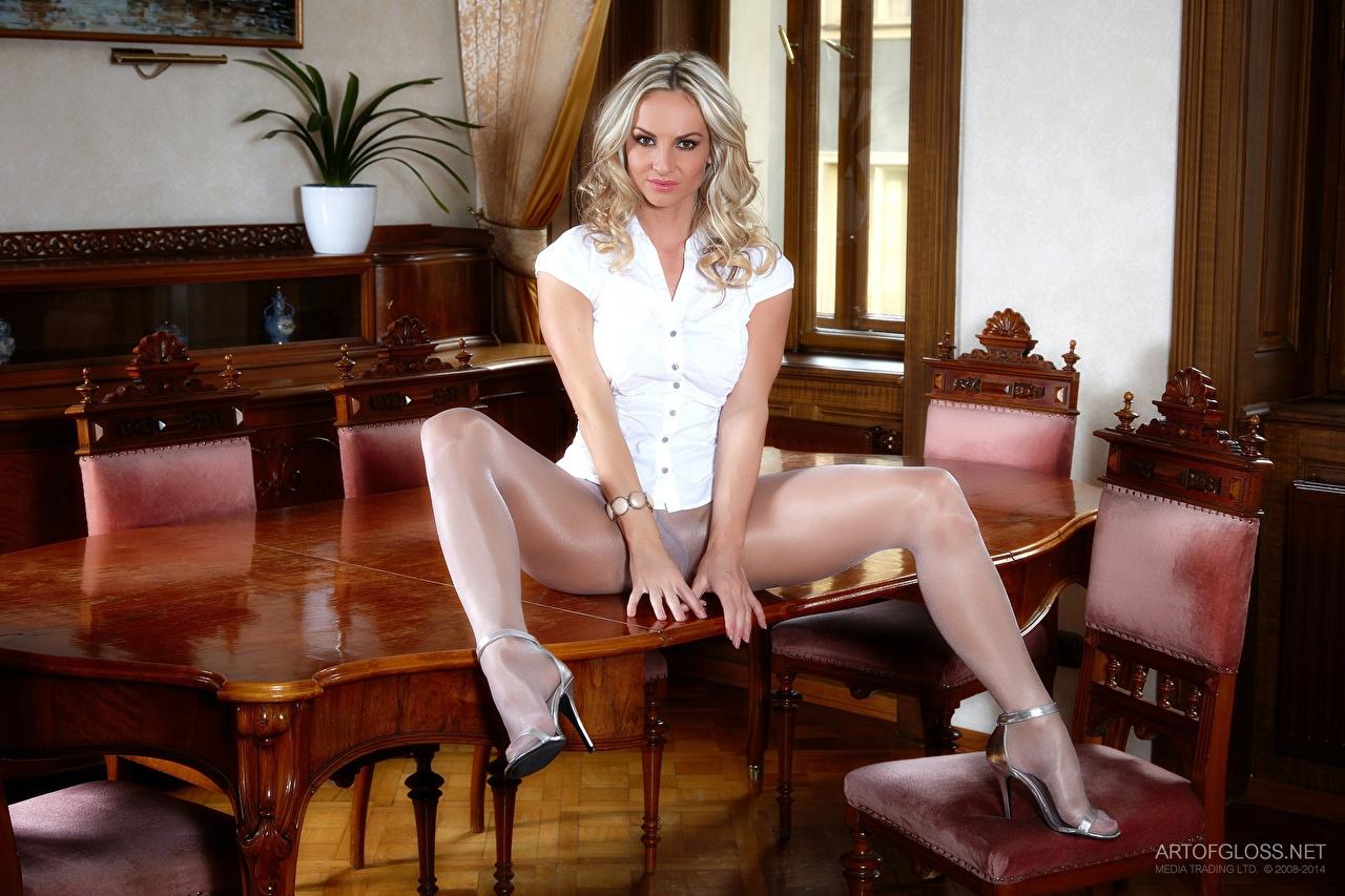 Обои Vendula Bednarova Колготки Блондинка Девушки Ноги Стол Сидит Стулья Туфли сидящие Эротика