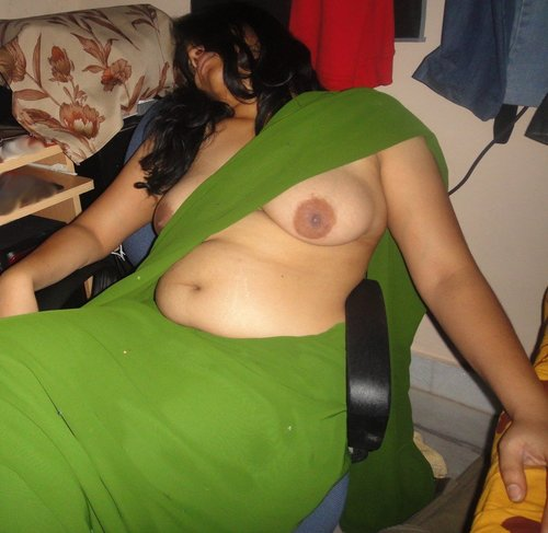 Indian Aunty Geeting Nude & Showing