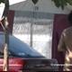 Camping naturiste: une bande de jeunes dans une tente