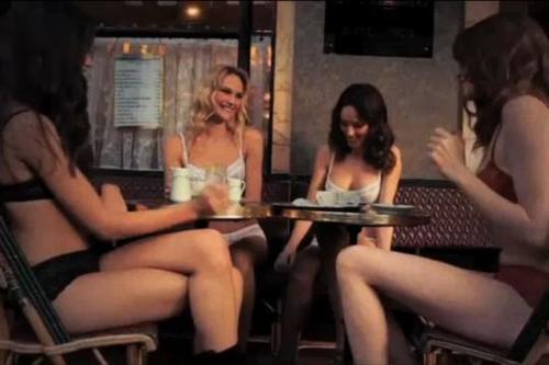 Etam fille lingerie sexy nue dans la rue