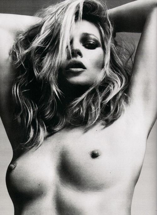 Kate Moss pose seins nus pour la Fashion Week Parisienne.