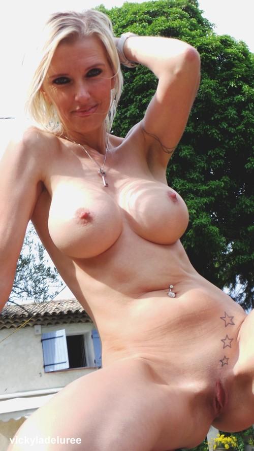 Strip tease de vicky chez des amis ! (2)