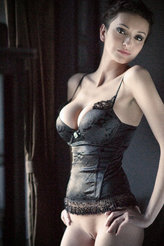 Une bourgeoise soumise, ça aime la lingerie
