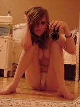 Une coquine nue se prend en photo avec son portable