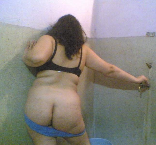 العاهرة ياسمين ملط في الحمام