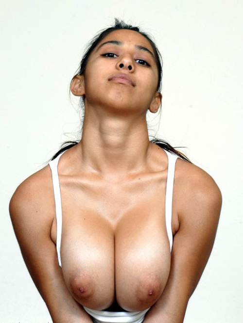 Desi Busty Posing Nakled