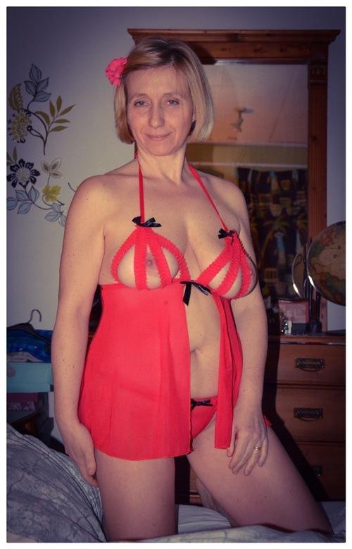 chriss la belle salope habillée et nue
