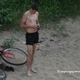jeune étudiant en vacances au bord de l'eau