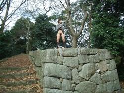Une japonaise s'exhibe dans un parc