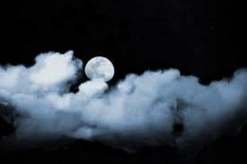 La lune se repose sur un lit de coton blanc