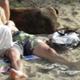 Jeune couple avec chien au bord de l'eau...
