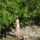 Madame se baigne nue dans la rivière