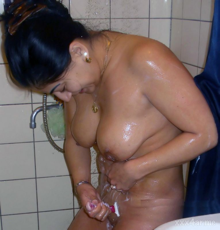 كويتيه تحلق شعر كسها فى الحمام