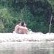 Jeune couple bronze au bord de la rivière