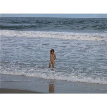 un peu de nudisme d'une malgache et de son vazaha à la plage