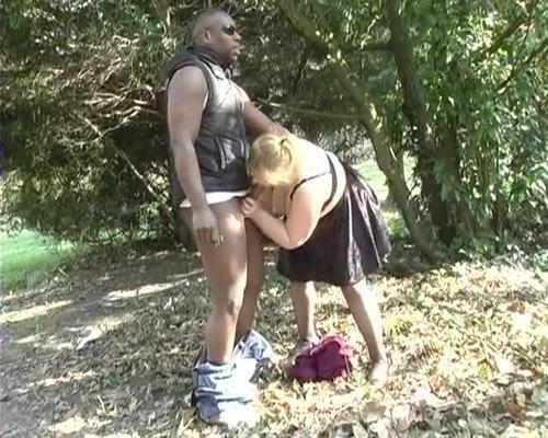 ANNE la salope aime etre prise dans la nature