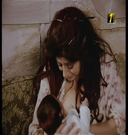 نبيلة عبيد ترضع الطفل