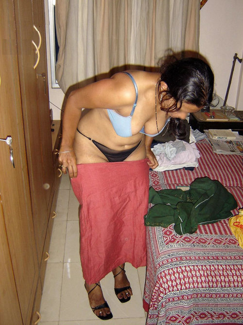 Desi Indian Aunty Showing